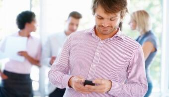 hombre-con-celular